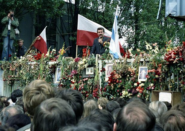 31 sierpnia 1980 r. o godzinie 16.40 w Sali BHP Stoczni Gdańskiej Lech Wałęsa w imieniu MKS-u podpisał porozumienie z delegacją rządową. Chwilę później wychylił się nad Bramę nr 2 z plikiem kartek, wołając: 'Mamy swoje niezależne, samorządne związki zawodowe!', odpowiedział mu potężny okrzyk: 'Dziękujemy!'.
