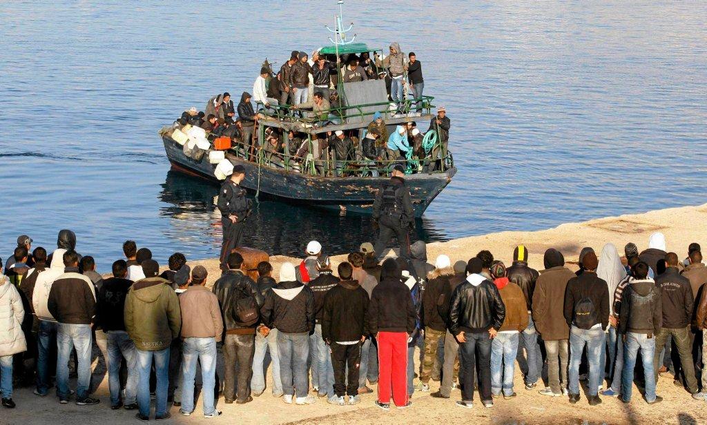 Imigranci dobijają do wybrzeży Lampedusy (zdjęcie poglądowe)