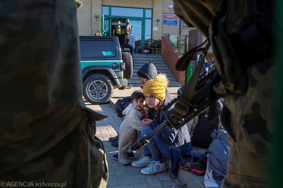 Uchodźcy. Funkcjonariusze straży granicznej odstawili we wtorek (28 września) na granicę polsko-białoruską ponad 20 osób, w tym ośmioro dzieci. Grupa w poniedziałek 27 września tkwiła przed placówką straży granicznej w Michałowie