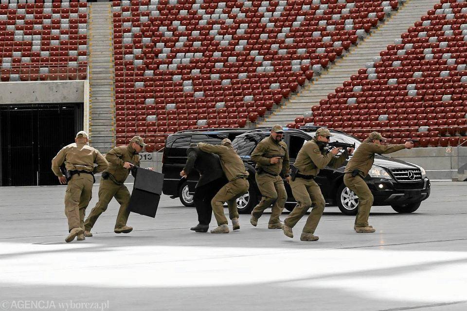 Pokazy oddziału specjalnego Żandarmerii Wojskowej, który będzie chronić VIP-ów na Stadionie Narodowym. Warszawa, 24 maja 2016 r