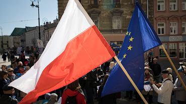 Flagi Polski i Unii Europejskiej (zdjęcie ilustracyjne)