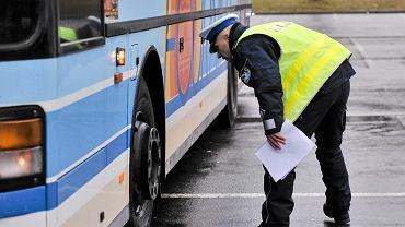 Kontrola autokaru przez policję (zdj. ilustracyjne)