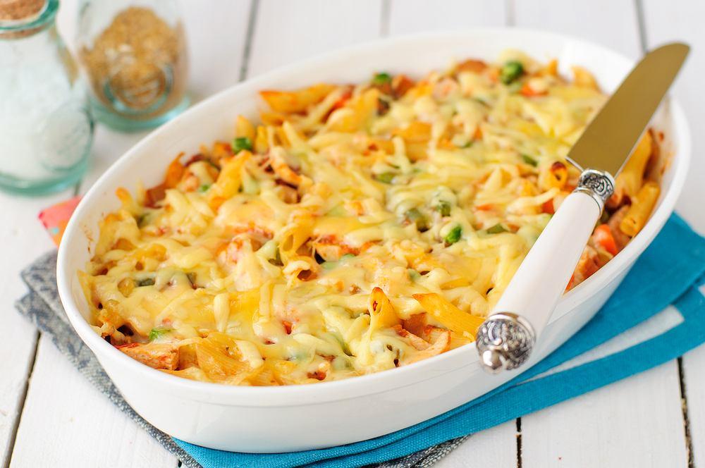 Zapiekanka makaronowa z kurczakiem i warzywami to prawdziwe pole do popisu i wypróbowania kombinacji różnych smaków