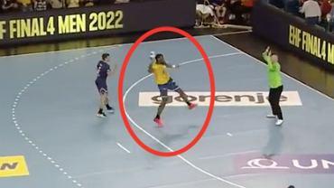 Fenomenalny rzut 360 stopni Dylana Nahiego w meczu Vive Kielce z PSG. Źródło: https://twitter.com/Eurosport_PL/status/1453423276420702209