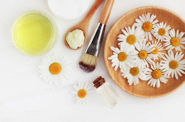 Jak rozjaśnić włosy rumiankiem