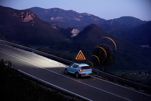 Hazard Light Alert demonstration on XC40
