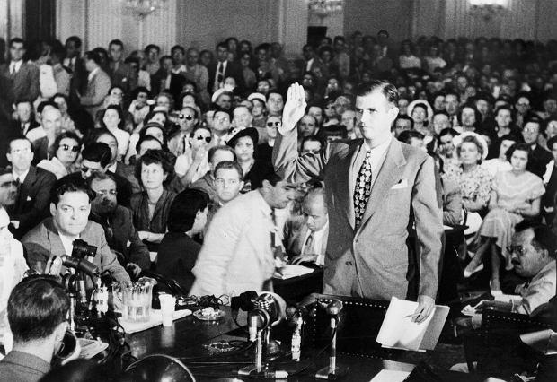 5 sierpnia 1948 r. Alger Hiss zeznaje przed Komisją ds. Działalności Antyamerykańskiej Kongresu USA. Podczas przesłuchania wypadł znakomicie, tym bardziej że członkowie komisji nie za bardzo chcieli oskarżać zasłużonego dyplomaty.