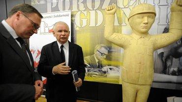 Z PiS-em łączy SKOK-i postać senatora Grzegorza Biereckiego. Na zdjęciu Bierecki i Jarosław Kaczyński w historycznej Sali BHP Stoczni Gdańskiej na konferencji 'Lech Kaczyński człowiekiem Solidarności', 2012