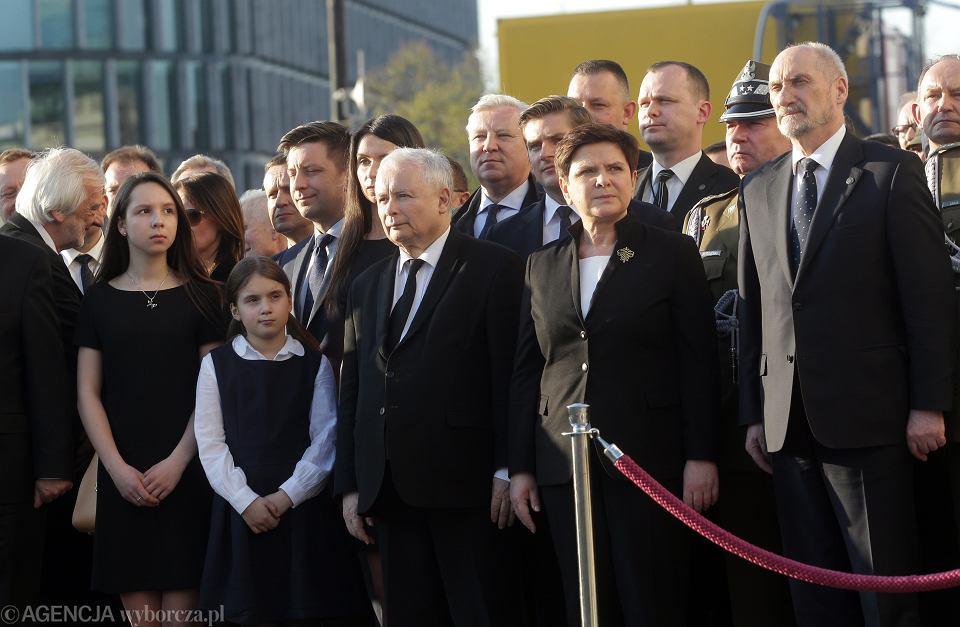 Marta Kaczyńska z córkami, prezes Jarosław Kaczyński, premier Beata Szydło, minister obrony narodowej Antoni Macierewicz podczas uroczystości odsłonięcia pomnika prezydenta Lecha Kaczyńskiego