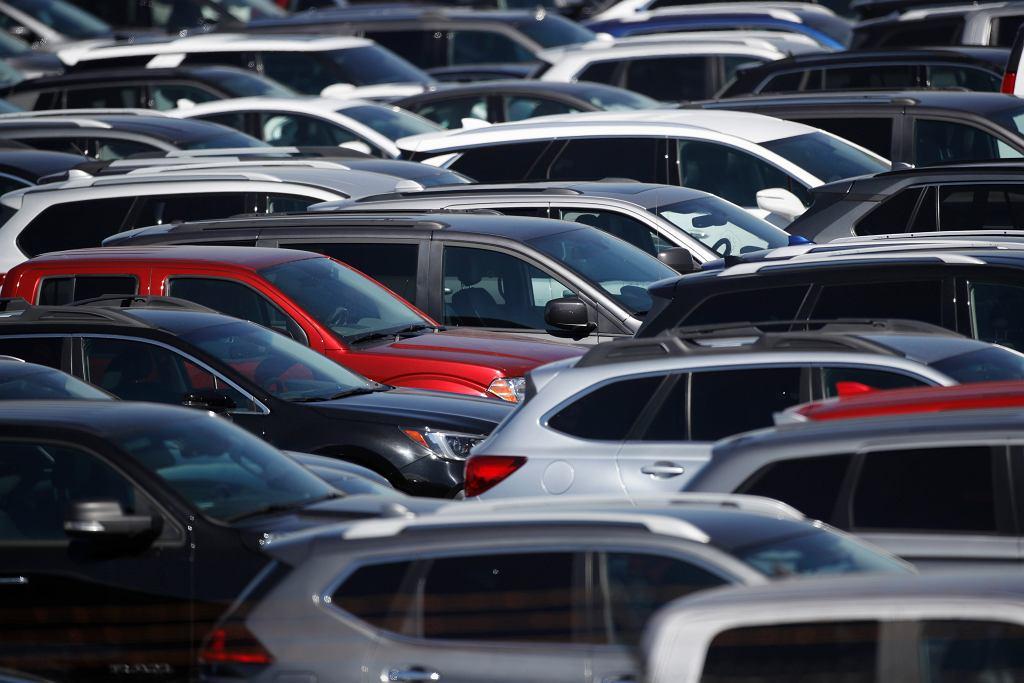 Koronawirus wygnał kierowców z salonów nowych aut i przerzedził ruch w serwisach, chociaż koncerny motoryzacyjne błyskawicznie zaczęły sprzedawać auta przez internet, a pracownicy dealerów czasem zabierają od klienta auta do naprawy.