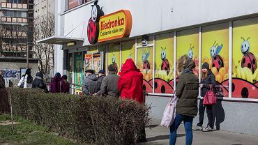 Kolejki przed sklepami po zaostrzeniu przepisów o poruszaniu się w miejscach publicznych (zdjęcie ilustracyjne)