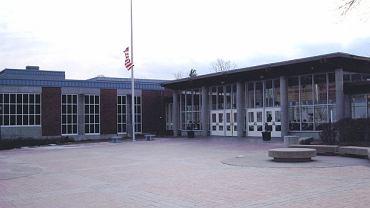 Szkoła średnia w Greenwich w stanie Connecticut, do której chodził Bartek