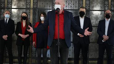 Piort Ikonowicz podczas konferencji prasowej , na ktorej zaprezentowany zostal jako kandydat lewicy na stanowisko Rzecznika Praw Obywatelskich. Warszawa, Sejm, 19 marca 2021