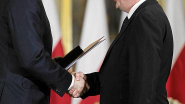 Pałac Prezydencki, 16 listopada 2015 r. Prezydent Andrzej Duda wręcza Mariuszowi Kamińskiemu nominację na ministra ds. służb specjalnych w rządzie Beaty Szydło. Tego dnia Kamiński został też ułaskawiony przez prezydenta. Były szef CBA został nieprawomocnie skazany na trzy lata więzienia za nadużycie uprawnień podczas tzw. afery gruntowej
