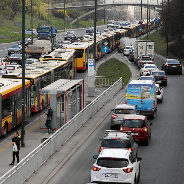 Korek na trasie Łazienkowskiej. Większy niż zazwyczaj - taksówkarze w proteście blokują miasto. Warszawa, 8 kwietnia 2019
