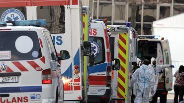 30 marca 2021. Akcja ratunkowa w szpitalu tymczasowym w Poznaniu, karetki przewożą chorych z COVID-19 do innych ośrodków.
