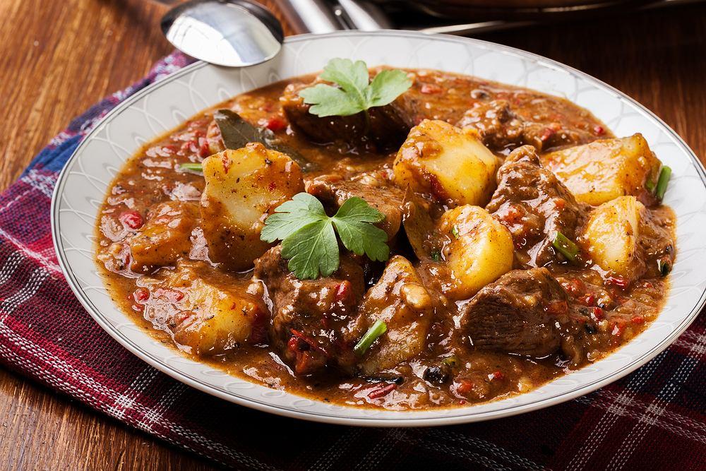 Gulasz z szynki wieprzowej to typowe danie jednogarnkowe. Wymaga jedynie trochę pracy związanej z pokrojeniem mięsa i warzyw, a całą reszta robi się sama.