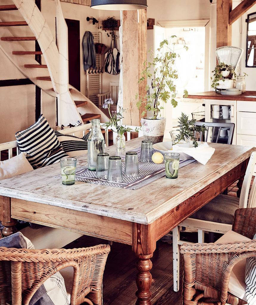 Rustykalny stół kuchenny z drewna