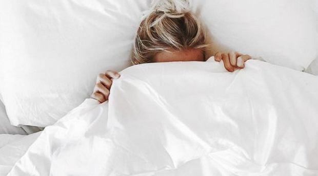 Jeśli masz problemy z porannym wstawaniem z łóżka, ten trik ci pomoże