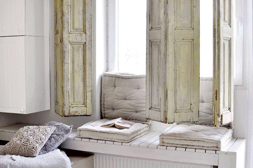 Drewniane okiennice wewnętrzne, czyli shuttery, sprawdzą się - zwłaszcza w środku lata - w pomieszczeniach wychodzących na południe. Można je zamówić u stolarza lub kupić.