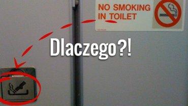 Zakaz palenia obok popielniczki na drzwiach toalety w samolocie