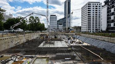 Już 30 lat temu planowano, że tzw. Centrum Południowe stanie się biznesowym centrum Wrocławia, lecz dopiero niedawno teren ten zaczął być intensywnie zabudowywany. Na pierwszy planie prace przy biurowcu MidPoint71 firmy Echo Investment, dalej prawie gotowe Centrum Południe Skanskiej, a z tyłu Sky Tower z 212-metrową biurowo-mieszkalną wieżą