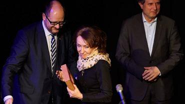 Medal Karty Trójmiasta trafił w ręce Teresy Kamińskiej, twórczyni sukcesu Pomorskiej Specjalnej Strefy Ekonomicznej.