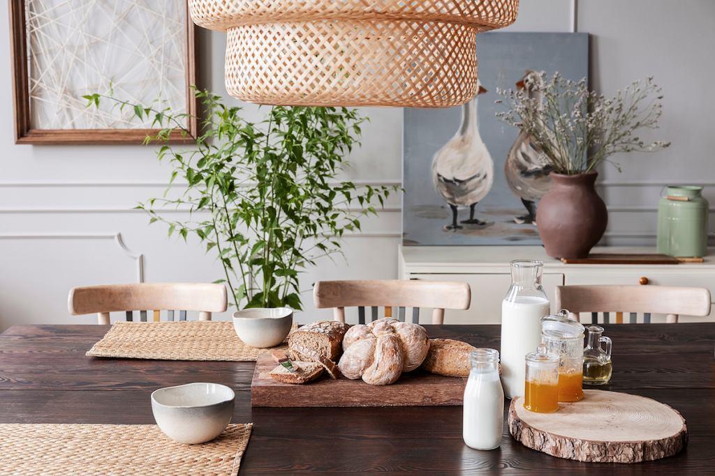 Drewniany stół do jadalni, kuchni czy nawet salonu.