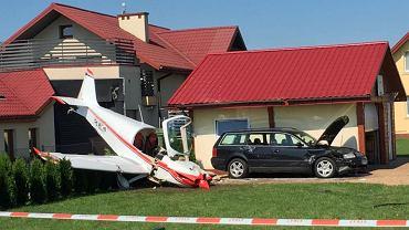 Do wypadku doszło na posesji sąsiadującej z lotniskiem w Krośnie. Awaryjnie lądujący mały samolot uderzył w garaż