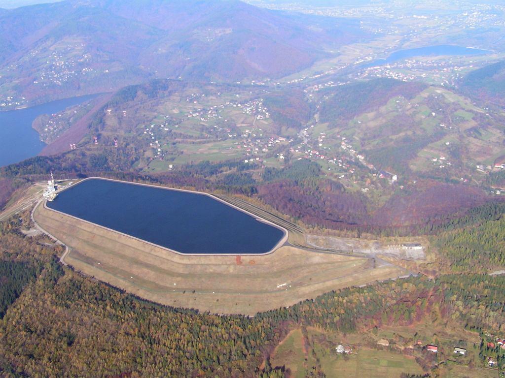 Zbiornik wodny elektrowni z lotu ptaka.