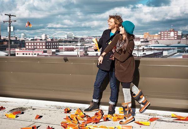 Mad Mukluk. Fason Mukluk istnieje już od wieków - były to początkowo miękkie buty zimowe noszone przez kanadyjskich Inuitów. Współczesna wersja Mad Mukluków ma cholewkę ze skóry licowej, wyjmowaną ciepłą wkładkę pod stopy, podeszwę środkową z materiału EVA i formowaną, gumową podeszwę zewnętrzna