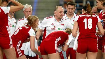 Trener Jacek Nawrocki i siatkarki podczas meczu mistrzostw Europy z Portugalią