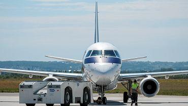 Samolot LOT-u na Lotnisku Chopina