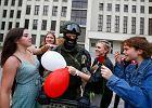 Protesty na Białorusi. Żołnierz OMON złożył broń, kobiety rzuciły mu się na szyję