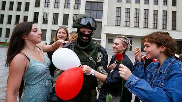 Jeden z OMON-owców całkowicie opuścił tarczę przed zgromadzonym tłumem. Kobiety rzuciły się funkcjonariuszowi na szyję. Białoruś, Mińsk, 14 sierpnia 2020 r.