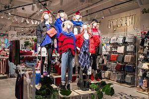 Kaszmirowy płaszcz za 899 zł zamiast 2999 zł. Jak wyprzedają się sklepy?
