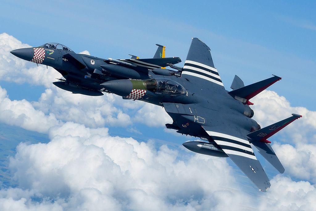 Dwa F-15 z amerykańskiej jednostki stacjonującej w bazie RAF Lakenheath. Mają specjalne malowanie upamiętniające inwazję w Normandii