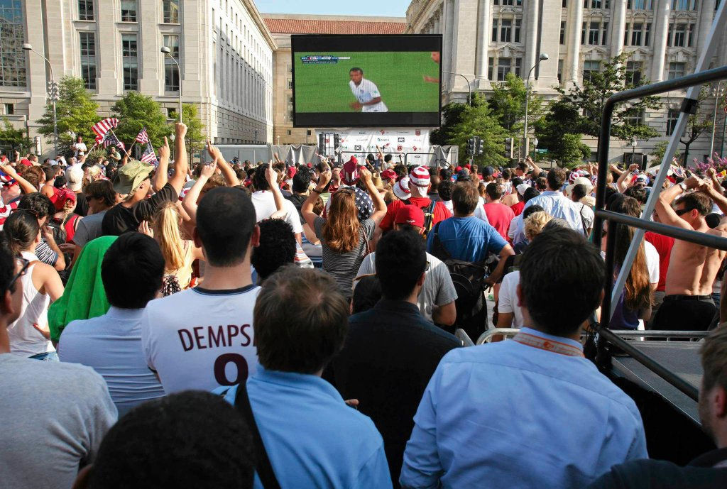 Waszyngton, Amerykanie oglądają mecz swojej reprezentacji z Belgią w 1/8 finału MŚ 2014