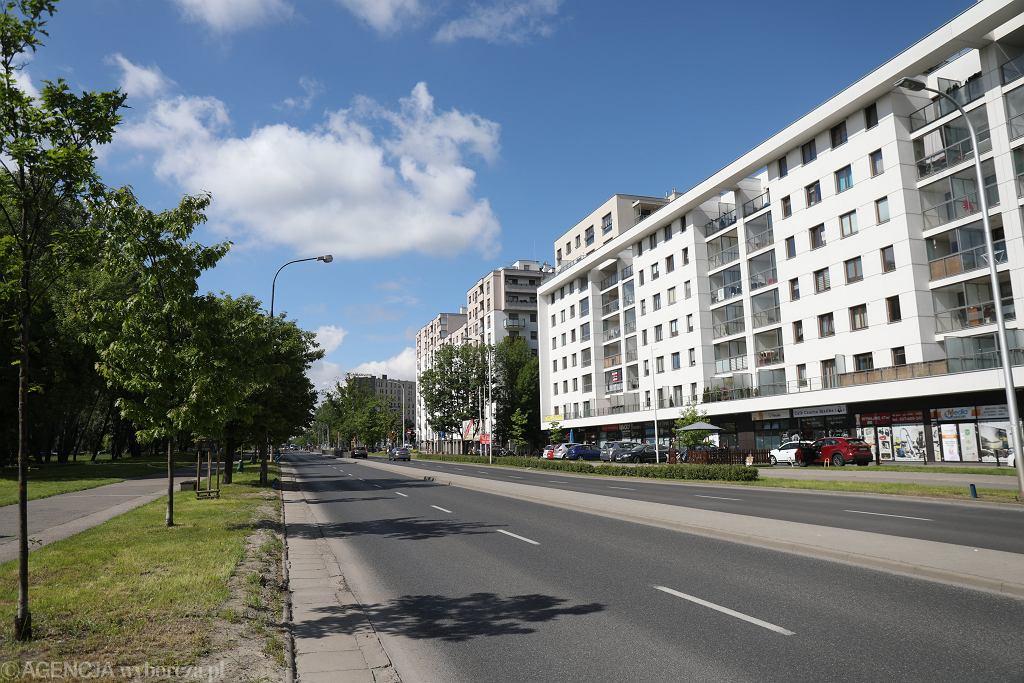 Ulica Sokratesa w Warszawie przed przebudową - dwa pasy ruchu w każdym kierunku
