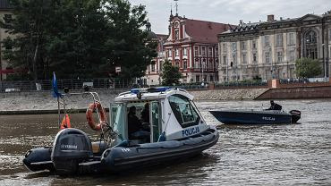 Wrocław. Poszukiwania Vlada Schura - policja wraz z innymi służbami przeszukuje koryto Odry