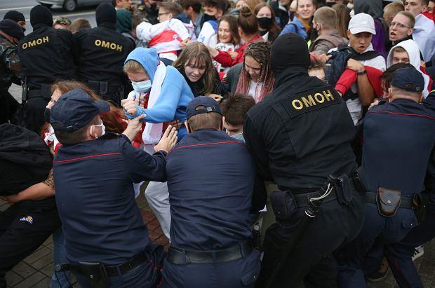 OMON coraz bardziej brutalny. Na ulicach białoruskich miast znowu biją. W Mińsku i Grodnie OMON zaatakował protestujących, ucierpiało co najmniej kilkoro uczestników protestu. Potyczki odbyły się także w Witebsku.