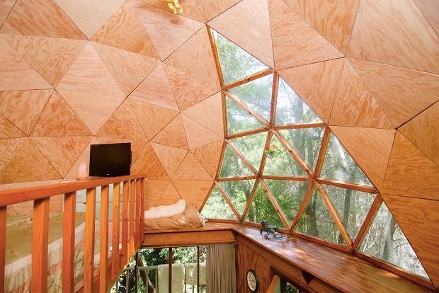 Domek ma ciekawie zaprojektowane okna, przez które można obserwować gwiazdy