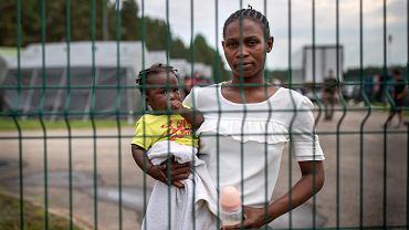 14.07.2021, Druskienniki, Litwa. Towe Mahawa z Gwinei z córeczką Kadaitou w ośrodku dla uchodźców.