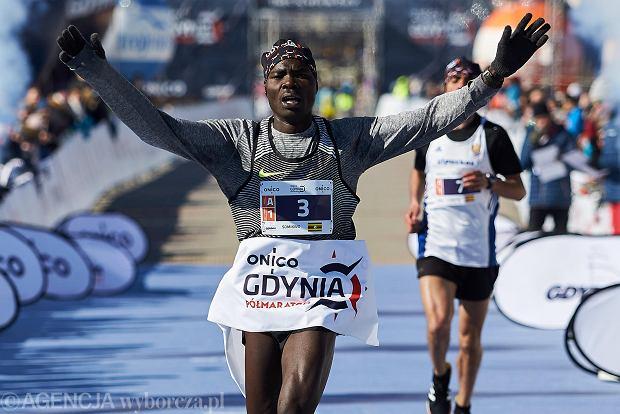 Blisko sześć tysięcy biegaczy wyruszyło dziś (18 marca) na trasę ONICO Gdynia Półmaratonu. W trudnych, wietrznych warunkach najszybsi okazali się Ben Chelimo Somikwo z Ugandy (na zdjęciu) i Christine Moraa Oigo z Kenii, która w dwóch poprzednich edycjach ocierała się o zwycięstwo, zajmując drugie miejsce. Dotychczas niepokonany w Gdyni Kenijczyk, Hilary Kiptum Maiyo Kimaiyo, był dopiero piąty.
