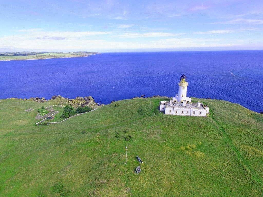 Na wyspie znajduje się latarnia i budynki mieszkalne.