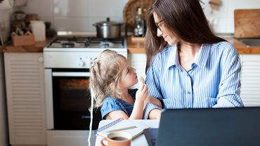 Specjalny zasiłek opiekuńczy 2020 otrzymają ubezpieczone osoby, które nie będą mogły pracować z powodu zajmowania się dziećmi. Zdjęcie ilustracyjne