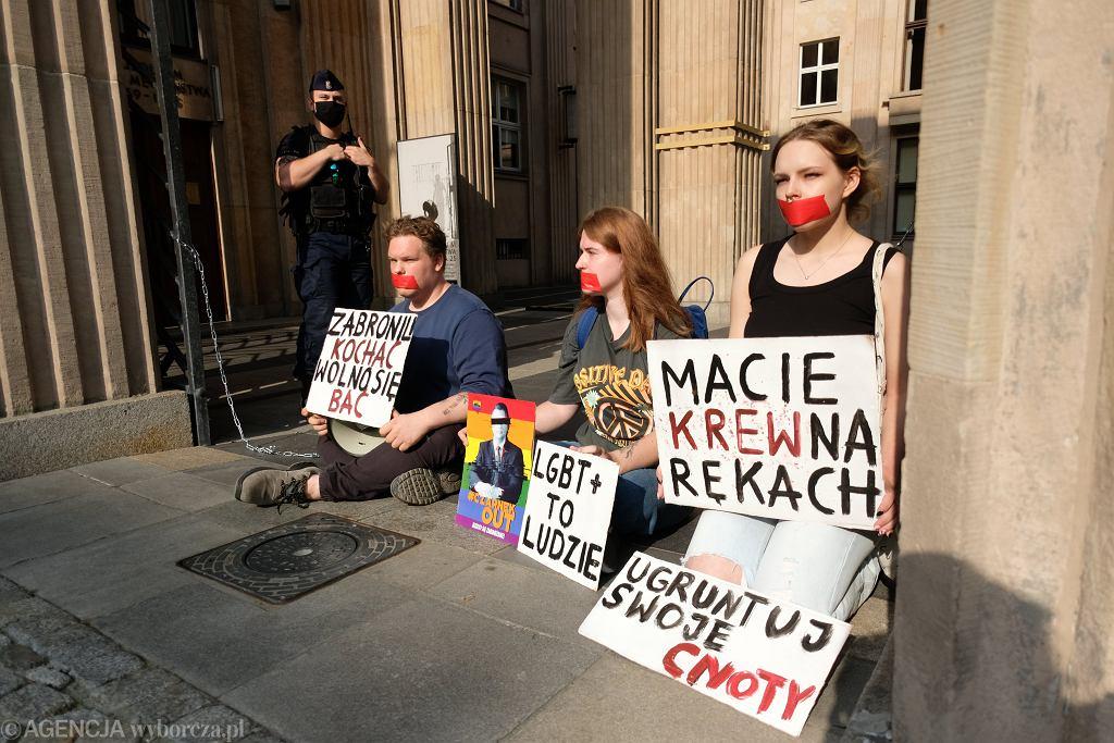 #Aktywisci LGBT protestuja przed MEN