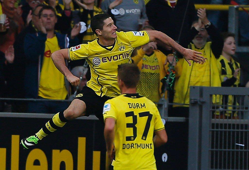 Robert Lewandowski cieszy się po jednej z bramek w meczu z Freiburgiem
