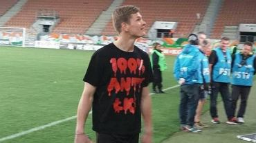 Patryk Wolański w koszulce 100% ANTY-ŁKS
