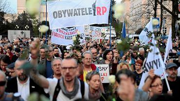 Obywatele RP podczas kontrmanifestacji. 8 rocznica katastrofy smoleńskiej. Warszawa, ul. Wiejska, pod Sejmem, 10 kwietnia 2018